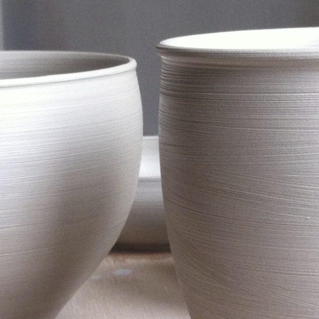 Tasses porcelaine, terre crue.