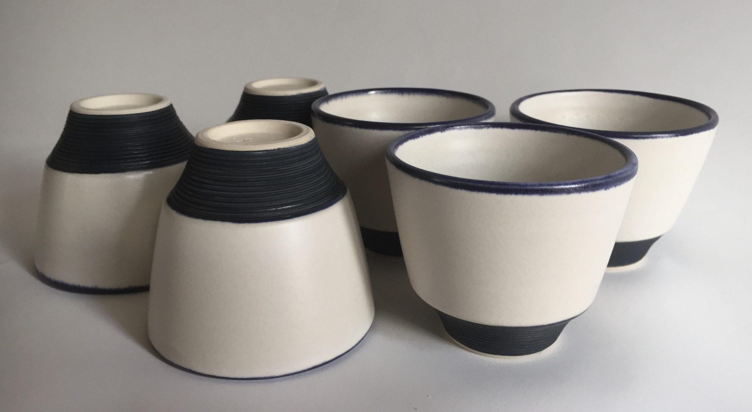 photo de tasses en grès blanc et bleu cobalt